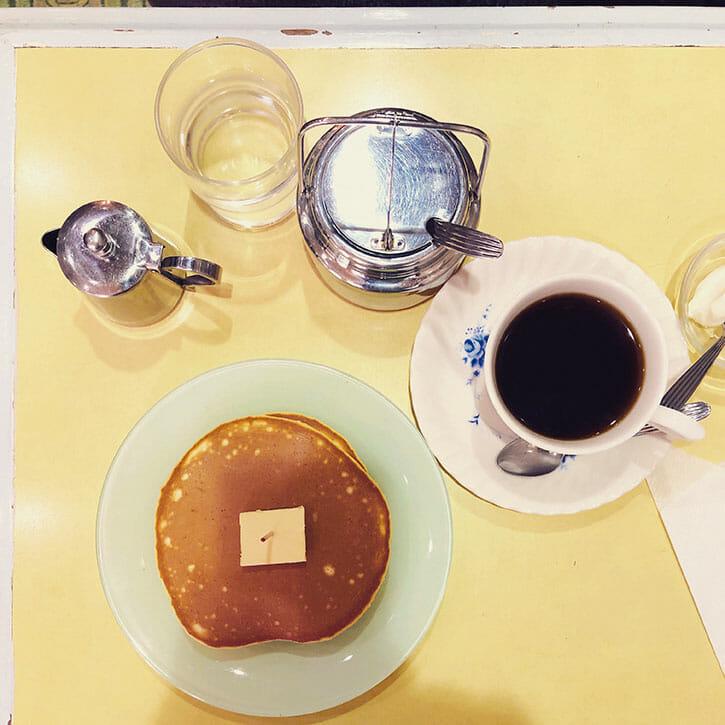 編集者・岡本仁の旅先コーヒー案内。